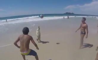 Due uomini, una donna e un cane che palleggiano in spiaggia!